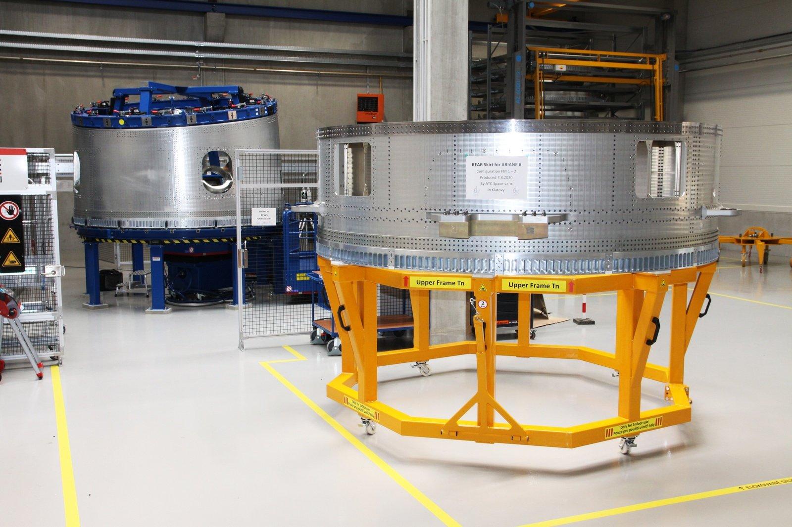 Poslední sada dílů pro první start nové evropské rakety Ariane 6 míří z ČR k finálnímu sestavení