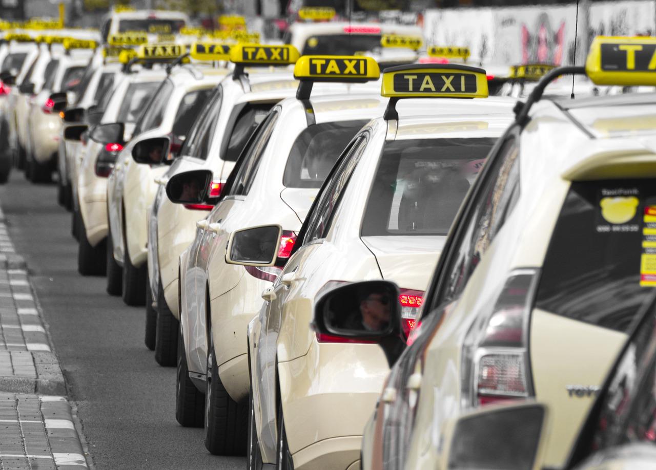 Změny v taxislužbě: Nepovinný taxametr a svítilna, objednávky přes aplikaci a evidenční nálepka