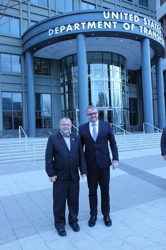 Ministr dopravy Dan Ťok s velvyslancem v USA Hynkem Kmoníčkem, foto: Česká ambasáda v USA