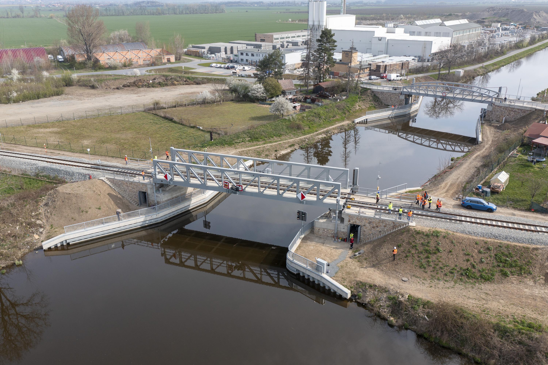 TZ-Unikatni-zeleznicni-most-pres-plavebni-kanal-na-Vltave-se-poprve-zkusebne-zdvihl1.jpg